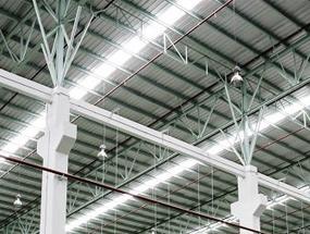 LED-Hallenlampen in einer Industriehalle