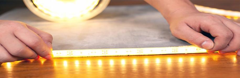 Ein LED-Streifen wird aufgeklebt