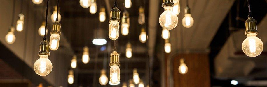 Viele LED-Birnen von der Decke hängend