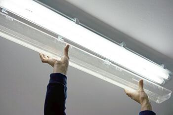 Philips LED-Röhre in einer Leuchte